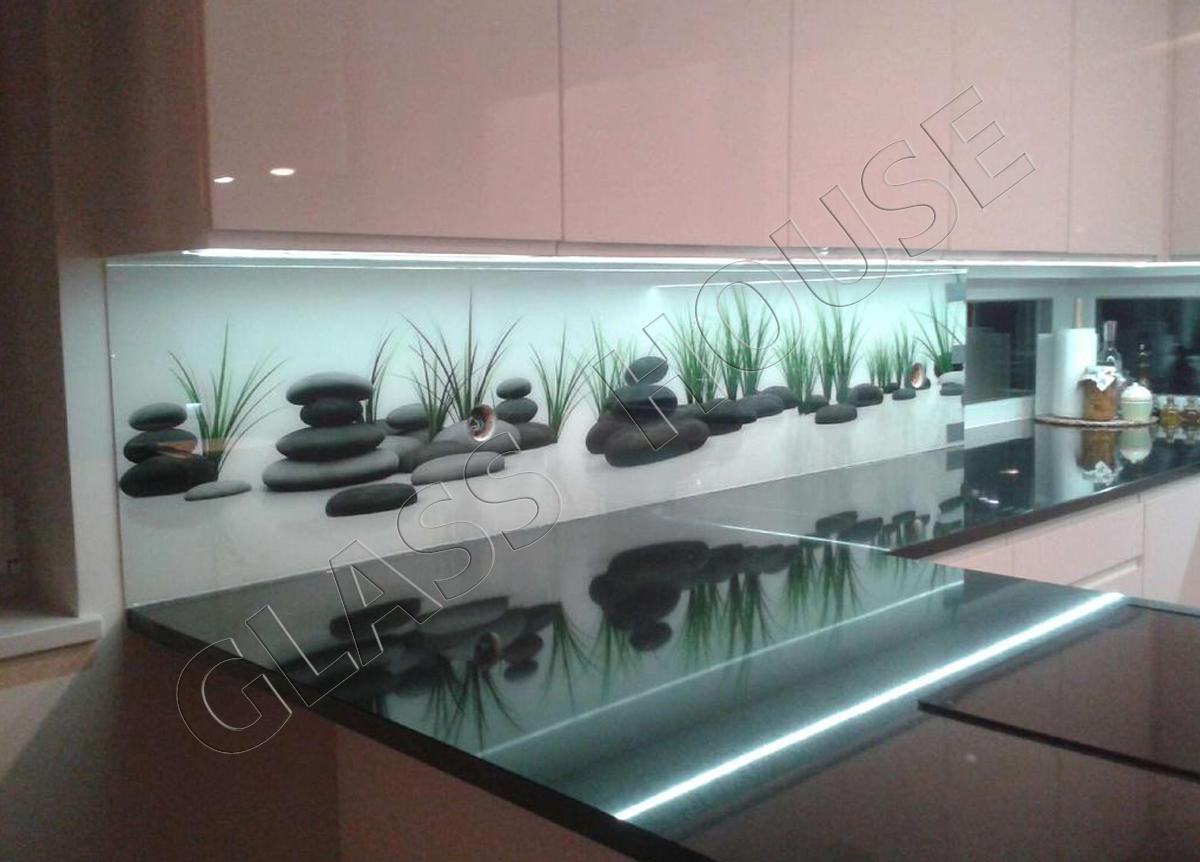 Nadruk na szkle do kuchni - kamienie SPA z trawą na wodzie